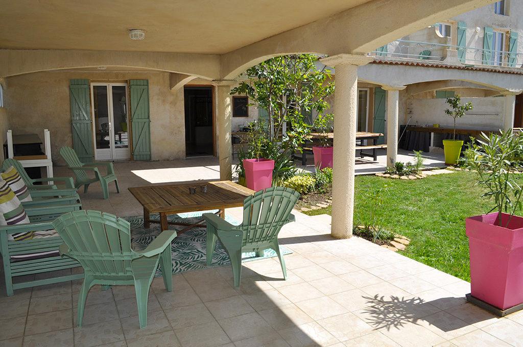 Salon de jardin avec grande table basse