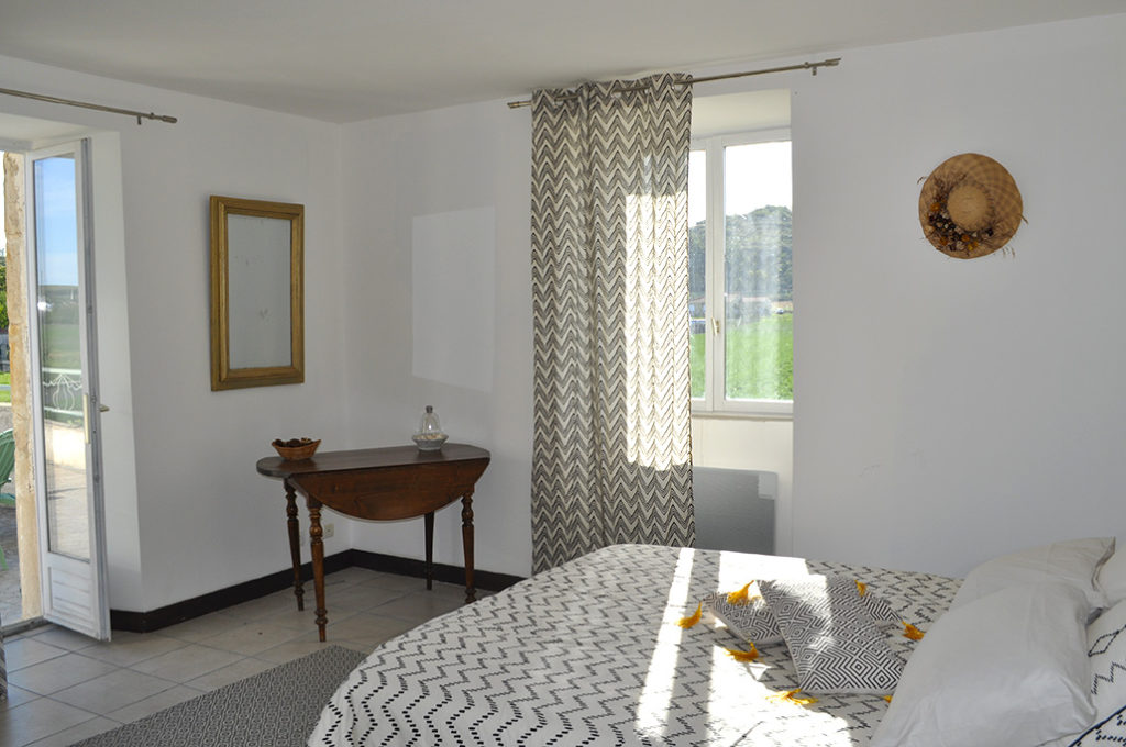 Chambre lit 160x190 sur terrasse exposition sud-ouest